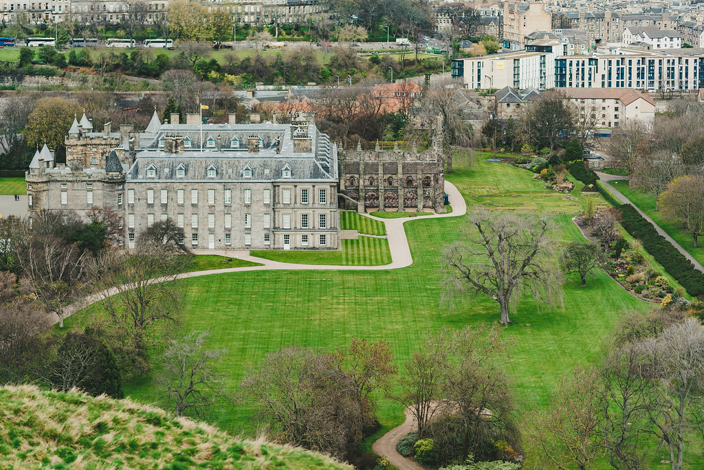 Holyrood király palota és az odavezető Royal Mile utca, Edinburgh