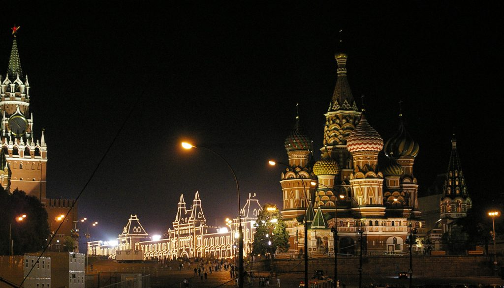 A Vörös teret övező épületek éjszakai díszkivilágítása